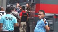 Basuki Tjahaja Purnama atau Ahok menyapa awak media saat tiba di Rutan Cipinang, Jakarta Timur, Selasa (9/5). Ahok divonis dua tahun penjara oleh Majelis Hakim dan langsung digelandang ke Rutan Cipinang, Jakarta Timur. (Liputan6.com/Helmi Afandi)