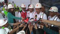 Menteri Koordinator Bidang Kemaritiman Luhut Binsar Panjaitan dan Menteri Perhubungan Budi Karya Sumadi meninjau langsung proyek LRT Jabodebek. (Achmad/Liputan6.com)