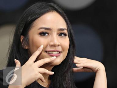 Penyanyi Gita Gutawa memberikan keterangan terkait konser bertajuk 'Di Atas Rata-rata (DARR): Bikin Konser', Jakarta (24/3). DARR generasi kedua tersebut menampilkan tujuh anak-anak yang mewakili genre musik berbeda. (Liputan6.com/Immanuel Antonius)