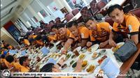 Timnas Malaysia U-23 saat menikmati nasi padang di Hotel Aston Pasteur, Bandung, Sabtu (18/8/2018), sebelum bertolak ke Cikarang, Kabupaten Bekasi. (Bola.com/Dok. FAM)