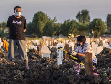 FOTO: Doa-Doa Keluarga untuk Korban COVID-19 di TPU Keputih Surabaya