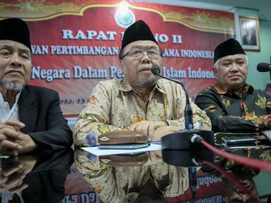 Prof. Dr. KH. Didin Hafiduddin (ketiga kiri) memberikan keterangan pers usai Rapat Pleno II Dewan Pertimbangan MUI di Gedung MUI, Jakarta, (25/11). Rapat itu membahas gerakan bela negara dalam prespektif Islam Indonesia. (Liputan6.com/Faizal Fanani)
