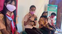 Foto: Pelajar SDI Liliba, Kota Kupang, NTT, sedang belajar menggunakan handy Talki