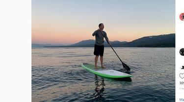 Mark Zuckerberg menikmati matahari terbenam di atas paddle di Danau Tahoe.