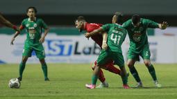 Pemain Persija jakarta, Marko Simic, berusaha melewati pemain PSS Sleman, Asyraq Gufron, pada laga BRI Liga 1 di Stadion Pakansari, Bogor, Minggu (5/9/2021). (Foto: Bola.com/M Iqbal Ichsan)