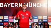Arturo Vidal memberikan acungan jempol ketika memakai jersey Bayern Muenchen di Allianz Arena, Muenchen, Jerman (28/7/2015). Bayern Muenchen resmi mengontrak Vidal dengan kontrak selama empat musim. (REUTERS/Michaela REHL)