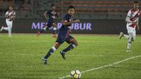 Gelandang Selangor FA, Evan Dimas, mengejar bola saat melawan Kuala Lumpur FA pada laga Liga Super Malaysia di Stadion Kuala Lumpur, Cheras, Minggu (4/2/2018). Kuala Lumpur FA kalah 0-2 dari Selangor FA. (Bola.com/Vitalis Yogi Trisna)