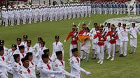 Paskibraka bersama Pasukan Pengamanan Presiden (Paspampres) menyerahkan Bendera Merah Putih kepada Presiden Joko Widodo usai Upacara Penurunan Bendera HUT ke-72 Kemerdekaan RI di Istana Merdeka, Jakarta, Kamis (17/8). (Liputan6.com/Pool)