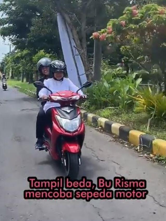 Walikota Surabaya Tri Rismaharini kendarai sepeda motor listrik (Instagram/surabyaa)