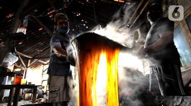 Pekerja menyelesaikan pembuatan dodol Betawi di kawasan Cilenggang, Serpong, Tangerang Selatan, Banten, Rabu (28/4/2021). Produksi dodol Betawi di masa pandemi COVID-19 pada tahun ini meningkat hingga 50 persen dibandingkan tahun lalu. (merdeka.com/Arie Basuki)