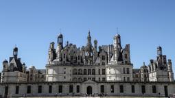 Sebuah foto pada 22 Juli 2020 menunjukkan pemandangan dari Kastil Chambord, di Chambord, Prancis. Bangunan bersejarah ini merupakan salah satu kastil terbesar di Prancis sekaligus lokasi nyata yang menginspirasi film pertama Beauty and The Beast, 26 tahun lalu. (Photo by Ludovic MARIN / AFP)