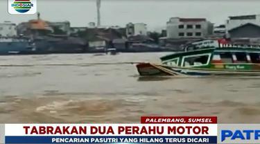 Petugas Gabungan mencari pasutri yang tenggelam dalam peristiwa tabrakan dua perahu motor cepat di Sungai Musi.