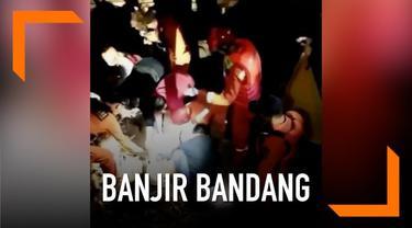 Meluapnya air sungai Cinambo di Bandung memicu banjir bandang. Sedikitnya, 3 orang tewas akibat peristiwa ini.