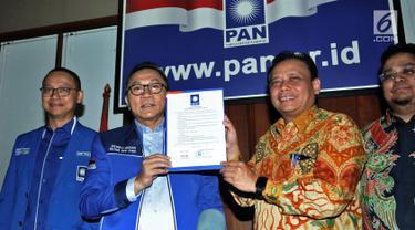 Ketum PAN Zulkifli Hasan (dua kiri) foto bersama Ketua Bawaslu Abhan (dua kanan) di Kantor DPP PAN, Jakarta, Kamis (5/7). Bawaslu mengunjungi DPP PAN untuk mensosialisasikan pengawasan dan pencalonan Pileg dan Pilpres 2019. (Merdeka.com/Iqbal S. Nugroho)