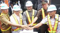 Gubernur Jawa Barat Ridwan Kamil bersama Wali Kota Bandung Oded M. Danial menekan tombol tanda dimulainya peletakan batu pertama pembangunan dua jembatan layang (flyover) Jalan Laswi dan Jakarta, Selasa (3/9/2019). (Liputan6.com/Huyogo Simbolon)