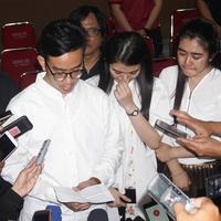Gibran Rakabuming Raka didampingi sang istri Selvi Ananda dan kakak ipar Dita Andini saat memberikan keterangan pers, Selasa (3/4/2018) malam. (Liputan6.com/Fajar Abrori)