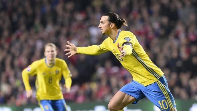 Ibrahimovic sukses membawa Swedia lolos ke Piala Eropa 2016 berkat tendangan bebasnya yang menghujam gawang Kasper Schmeichel.