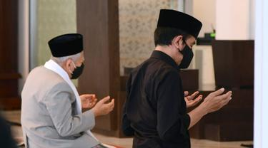 Presiden Jokowi dan Wakil Presiden Ma'ruf Amin salat jumat di Masjid Baiturahim Kompleks Istana. (Lizsa Egeham/Liputan6.com)a