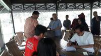 Direktur Sido Muncul Irwan Hidayat menandatangani sejumlah persyaratan.