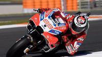 Pebalap Ducati, Jorge Lorenzo, mengajukan syarat untuk membantu rekan setimnya Andrea Dovizioso pada balapan MotoGP Valencia di Ricardo Tormo, Minggu (12/11/2017). (Jorge Lorenzo)