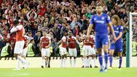 Penyerang Arsenal Alexandre Lacazette (tengah) berselebrasi usai mencetak gol penyama ke gawang Chelsea pada pertandingan ICC 2018 di Stadion Aviva di Dublin (1/8). Arsenal menang atas Chelsea lewat adu penalti 6-5. (AFP Photo/Paul Faith)