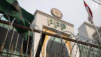 Kawat berduri terpasang dipagar kantor DPP Partai Persatuan Pembangunan (PPP), Jakarta, Kamis (20/7). Pemasangan kawat duri ini juga mengantisipasi serangan lanjutan yang sebelumnya terjadi pada minggu (16/7/2017) lalu. (Liputan6.com/Faizal Fanani)