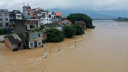 Foto hasil bidikan dari udara menunjukkan Sungai Rongjiang yang meluap di Wilayah Rong'an, Daerah Otonom Etnis Zhuang Guangxi, China selatan (11/7/2020). Hujan deras yang terus-menerus mengguyur Wilayah Rong'an menyebabkan level air Sungai Rongjiang naik. (Xinhua/Zhang Ailin)