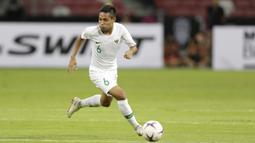 Gelandang Timnas Indonesia, Evan Dimas, menggiring bola saat melawan Singapura pada laga Piala AFF 2018 di Stadion Nasional, Singapura, Jumat (9/11). Singapura menang 1-0 atas Indonesia. (Bola.com/M. Iqbal Ichsan)