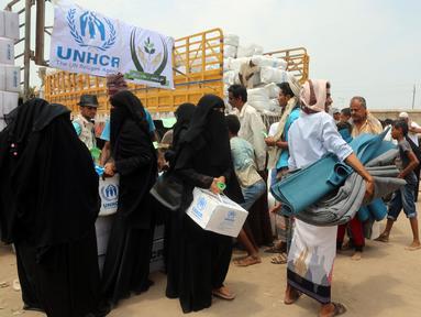 Warga Yaman mengantre untuk menerima bantuan selimut dan alas tidur dari Komisaris Tinggi PBB untuk Pengungsi (UNHCR) di kota pesisir Hodeidah, Yaman (11/4). (AFP Photo/Abdo Hyder)
