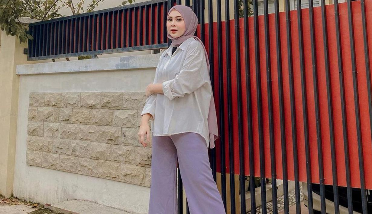 Penampilan Kesha Ratuliu memang sering kali terlihat cukup simpel. Bahkan, gaya hijab yang dikenakannya juga terlihat sederhana. (Liputan6.com/IG/@kesharatuliu05)