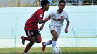 Pemain Bali United, Sabrina Mutiara, diadang gelandang PSM Makassar dalam duel di Liga 1 Putri 2019 di di Stadion Brantas, Kota Batu (6/10/2019). (Bola.com/Iwan Setiawan)