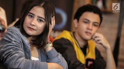 Prilly Latuconsina saat konferensi pers peluncuran trailer Danur 2: Maddah di Jakarta, Selasa (6/2). Film ini berkisah tentang Risa (Prilly) bersama hantu cilik pascamelawan Asih si hantu jahat dalam Danur: I Can See Ghosts. (Liputan6.com/geekimages)