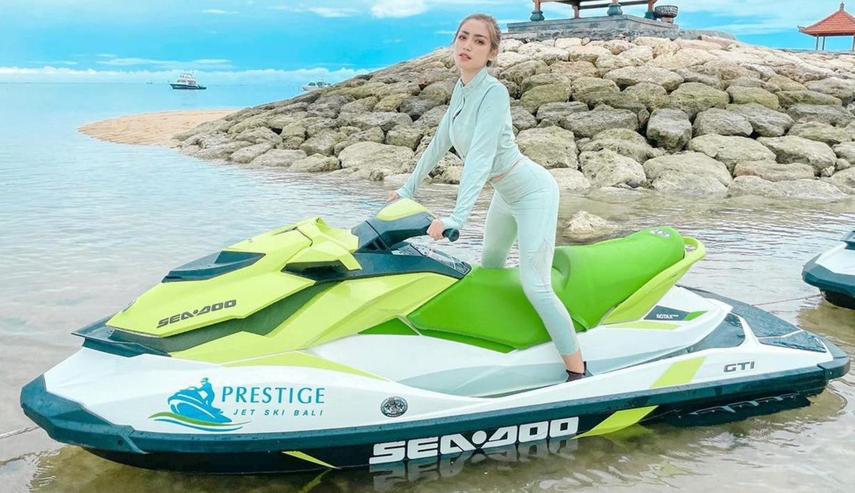 Jessica Iskandar kini menetap di Pulau Bali bersama dengan sang anak, El Barack. Banyak kegiatan seru yang dilakukannya di Pulau Dewata. Salah satunya saat Jedar bermain jetski di lautan Bali. Gayanya bermain jetski ini berhasil menyita perhatian. (Liputan6.com/IG/inijedar)