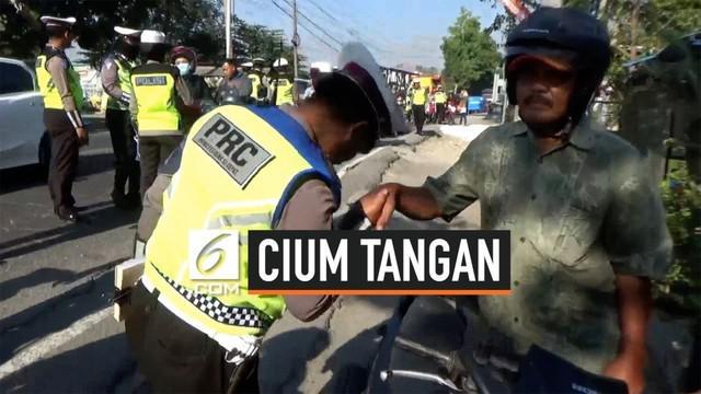 Anggota Satlantas Polres Bojonegoro mencium tangan seorang pengendara motor dalam Operasi Patuh Semeru 2019.