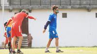 Pemain Arema FC, Hamka Hamzah (kanan). (Bola.com/Iwan Setiawan)