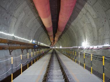 Foto yang diabadikan pada 28 Juni 2020 ini menunjukkan bagian dalam terowongan No. 1 dari proyek Kereta Cepat Jakarta-Bandung (KCJB) di Jakarta. Terowongan sepanjang 1.885 meter itu ditembus menggunakan mesin pengebor terowongan berdiameter 13,23 meter. (Xinhua/Du Yu)