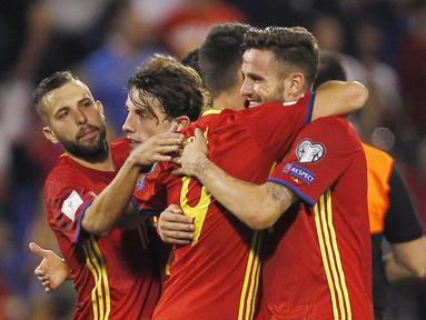 Para pemain Spanyol merayakan kemenangan atas Albania pada laga Kualifikasi Piala Dunia 2018 di Stadion Rico Perez, Jumat (6/10/2017). Spanyol menang 3-0 atas Albania. (AP/Alberto Saiz)