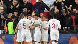 Para pemain Inggris merayakan gol yang dicetak Harry Kane ke gawang Ceko pada laga Kualifikasi Piala Eropa 2020 di Stadion Sinobo Arena, Prague, Sabtu (11/10). Ceko menang 2-1 atas Inggris. (AFP/Joe Klamar)