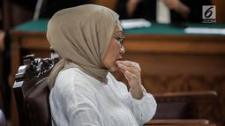 Ekspresi terdakwa kasus dugaan penyebaran berita bohong atau hoaks Ratna Sarumpaet saat menunggu sidang putusan di Pengadilan Negeri Jakarta Selatan, Kamis (11/7/2019). Ratna Sarumpaet sebelumnya dituntut jaksa penuntut umum dengan pidana enam tahun penjara. (Liputan6.com/Faizal Fanani)