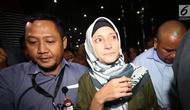 Inneke Koesherawatiusai menjalani pemeriksaan terkait OTT Kalapas Sukamiskin Wahid Husein, di Gedung KPK, Jakarta, Sabtu (21/7). Inneke diduga mengetahui suap suaminya Fahmi Darmawansyah ke Kalapas Sukamiskin. (Liputan6.com/HO/Udin)