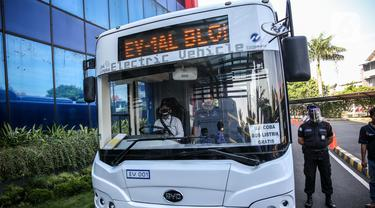 Bus listrik Transjakarta jelang uji coba di Kantor Pusat Transjakarta, Senin (6/7/2020). Layanan ini akan beroperasi setiap hari, mulai pukul 10.00-20.00 WIB dan berhenti di halte-halte Non-BRT di sepanjang rute Blok M hingga Balai Kota. (Liputan6.com/Faizal Fanani)