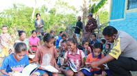 Demi mengurangi tingkat buta aksara di daerah  perbatasan Indonesia Timor Leste, seorang anggota polisi yang bertugas di  kabupaten Belu, NTT, memodifikasi motor dinasnya menjadi perpustakaan  keliling.
