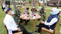 Menteri Khofifah berdiskusi usai menggemar rakor bersama Bupati Abdullah Azwar Anas terkait penanganan Covid-19 di pondok pesantren Banyuwangi, Rabu (2/9).