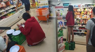 Kelakuan pegawai toko yang menganggap tempat kerja seperti rumah ini kini tengah menjadi perbincangan netizen. (Foto: Online Photo/BastillePost.com)