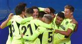 Selebrasi pemain Atletico Madrid usai meraih kemenangan 2-1 atas Eibar pada laga pekan ke-19 La Liga di Estadio Municipal de Ipurua, Jumat (23/1/2021). Atletico Madrid meraih kemenangan 2-1 atas Eibar. (Foto: AFP/Ander Gillenea)