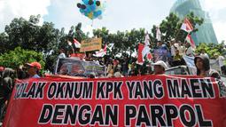 Massa dari Aliansi Pemudan Mahasiswa Pengawas KPK melakukan unjuk rasa didepan Gedung KPK, Jakarta, Kamis (11/4). Massa membawa spanduk bertuliskan 'KPK Jangan Berpolitik, stop ambisi kekuasaan Novel Baswedan'dan 'Tolak politisasi KPK. (merdeka.com/Dwi Narwoko)