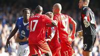 Striker Everton Romelu Lukaku bersitegang dengan bek Liverpool Mamadou Sakho dalam lanjutan Liga Premier Inggris, Minggu (4/10/2015). (Liputan6.com/Reuters / Lee Smith Livepic)