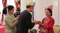 Putra Presiden RI ke-6 SBY, Agus Harimurti Yudhoyono atau AHY didampingi istri Annisa Pohan bersalaman dengan Ibu Negara Iriana Jokowi usai Upacara HUT ke-74 RI di Istana Merdeka, Jakarta, Sabtu (17/8/2019). AHY dan Annisa tampil berbaju adat Sumbar dan Kebaya. (Liputan6.com/HO/Anung Aninditio)