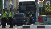 Polisi menilang pengendara mobil saat Operasi Zebra Jaya 2019, Jakarta Barat, Jumat (1/11/2019). Jumlah pelanggar lalu lintas masih terus meningkat sekitar 10 persen di bandingkan tahun 2018, meskipun mengikuti langsung sidang ditempat. (merdeka.com/Imam Buhori)