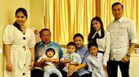 Dua menantunya, Annisa Pohan dan Alya Rajasa, terlihat menemani Ani Yudhoyono di rumah sakit. (dok. Instagram @aniyudhoyono/https://www.instagram.com/p/BtfpQe7B1dP/Asnida Riani)